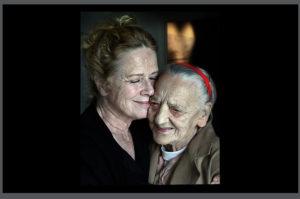 20110823 Det blev ett k‰rt mˆte n‰r Liv Ullmann fick Âterse v‰nnen Siri Werkelin dhon besˆkte FÂrˆ fˆr filminspelning.
