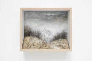 Johanna Karlsson, Scen III, 2020, gips, papper, pigment, metall, ek, glas.