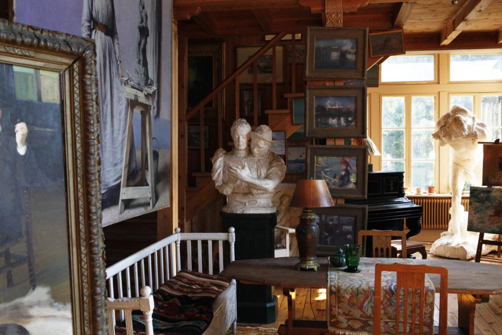 Carolinas kärleksfulla skulptur av sig själv och maken. Foto: Sveds Signe Söderlund