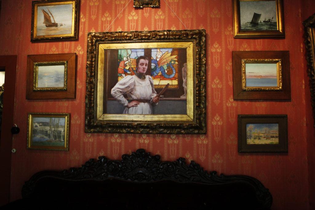 Carolina var Williams favoritmodell. Porträttet från 1899 hänger i salongen, som är möblerad med soffor i nyrokoko. Foto: Sveds Signe Söderlund
