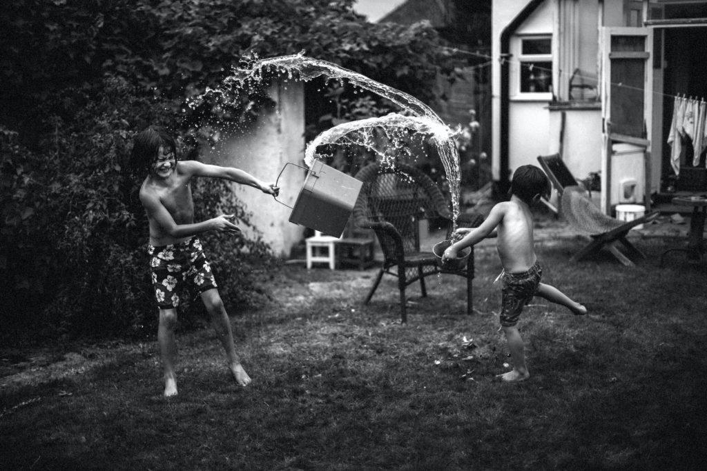 Bucket Throw är en av alla vardagsbilder som Jessica fotat hemma med barnen i London.