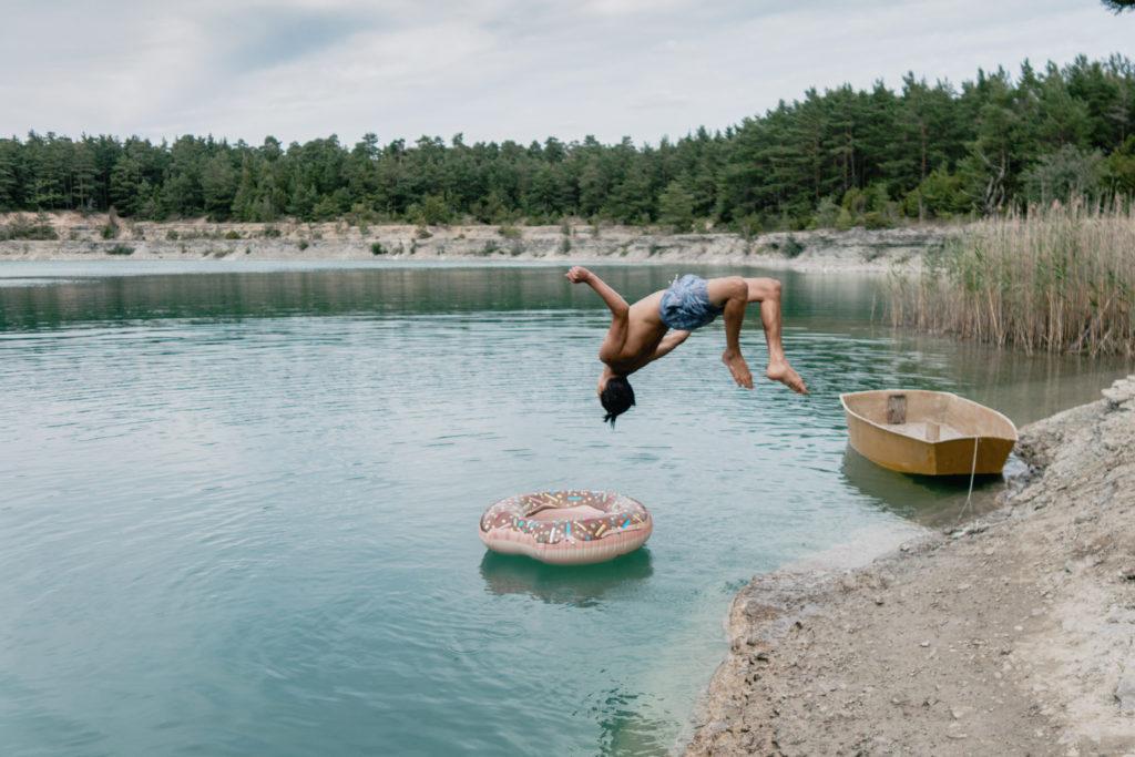 På bilden Doughnut Dive dyker sonen Tiki i ett kalkbrott på Gotland.